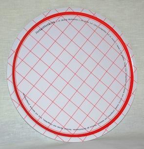 """Jordgubbstårta"" bricka rund 38 cm röd/vit"