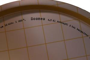 """Scones"" bricka rund 38 cm gul/vit"