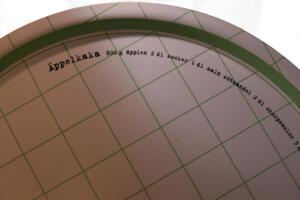 """""""Äppelkaka"""" bricka rund 38 cm grön/vit"""