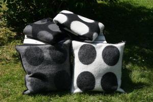 """""""Dots"""" vit/svart 50x50 kuddfodral"""