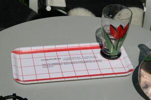 """Jordgubbstårta"" bricka 32x15 cm röd/vit"