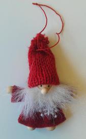 Tomte filtad med liten stickad mössa hängande