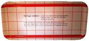 """Fattiga riddare"" bricka 32x15 cm röd/vit"